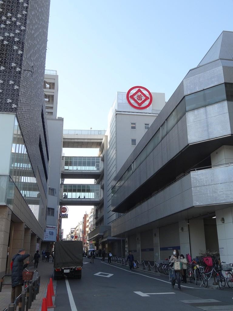 まっすぐ進むと松坂屋の本館と南館を繋ぐ連絡橋が見えます。名古屋店もこんな風になっていたと思いますが、松坂屋の定番なんでしょうか。