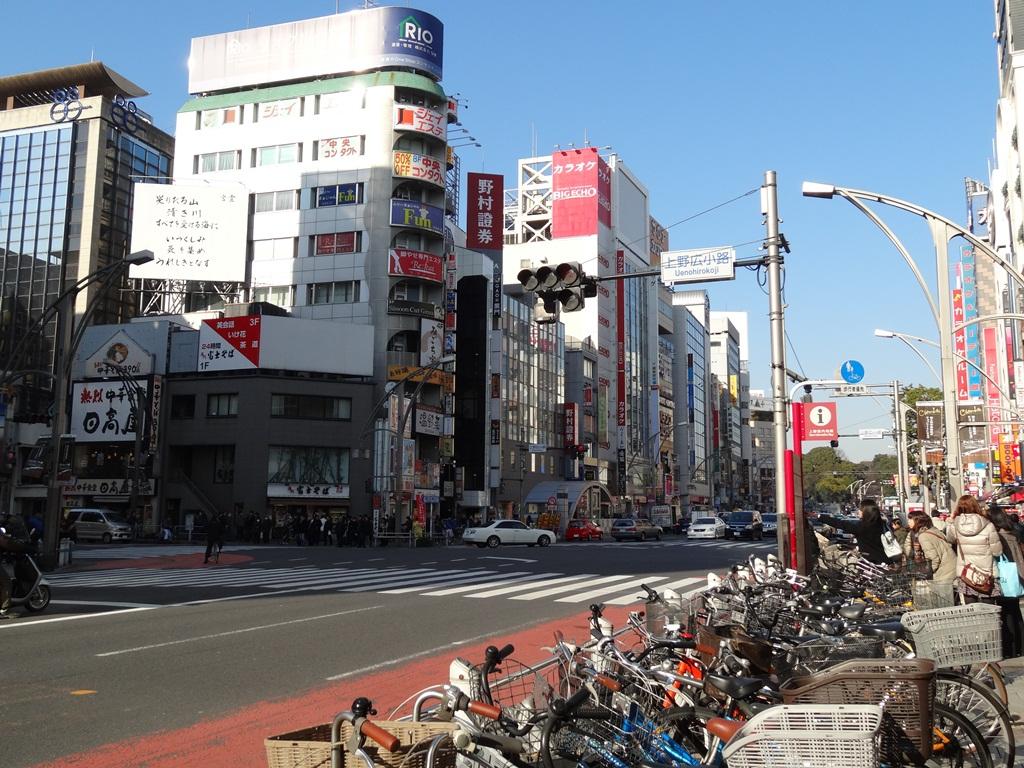 上野広小路交差点を松坂屋側から。