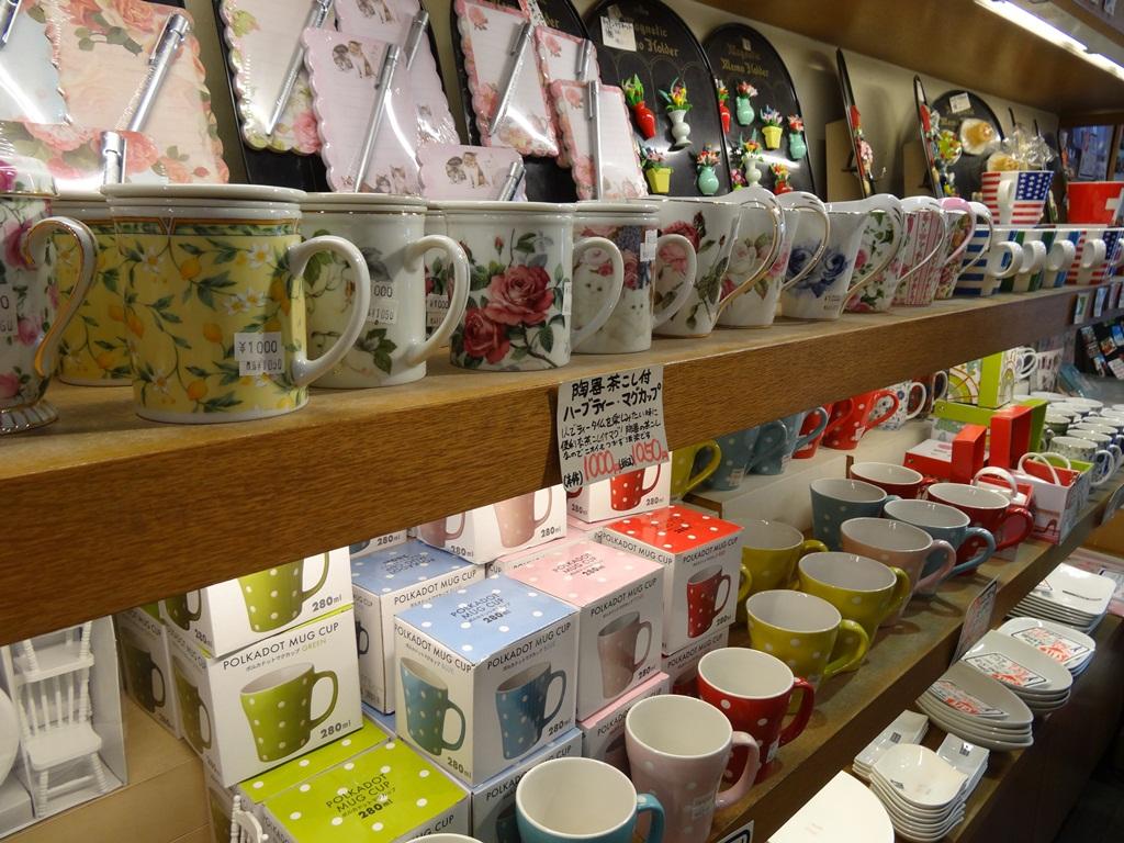 綺麗な食器などが並ぶお店でした。お店の人に写真とっても良いですか?って聞くとおkとのこと。