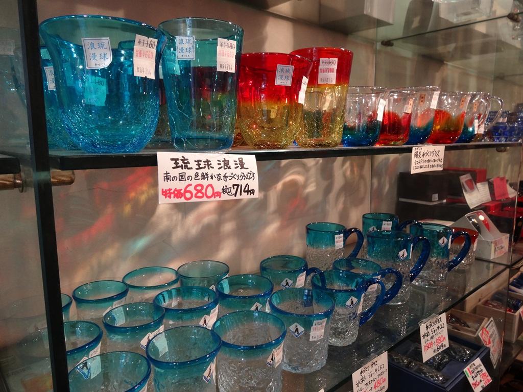綺麗なガラスコップも。B級品も扱っていて、とってもお買い得なものもたくさん。