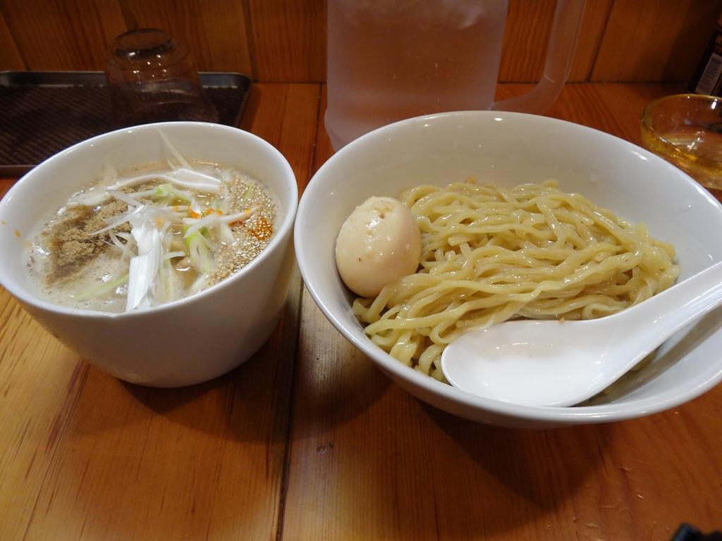 味玉味噌つけ麺を注文。中盛り無料です。値段、、、忘れたorz